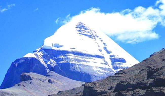 海拔6656米的岡仁波齊峰是青藏高原西南部岡底斯山脈的主峰。(新華社)
