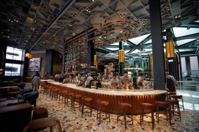 星巴克米蘭門市內部裝潢寬敞又具設計感。美聯社