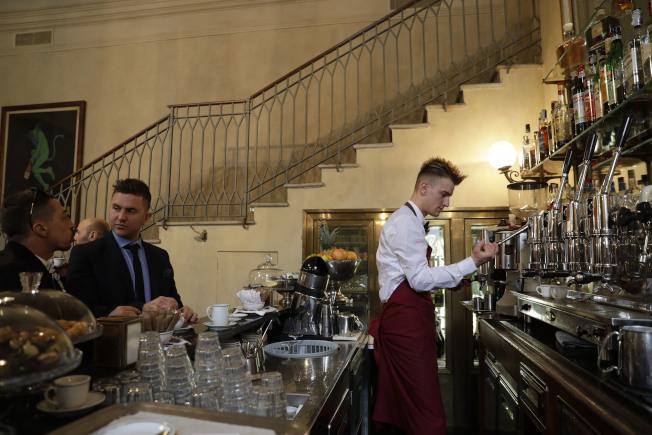 義大利米蘭一間傳統咖啡館,客人習慣站在吧台旁很快喝完一杯濃縮咖啡。美聯社