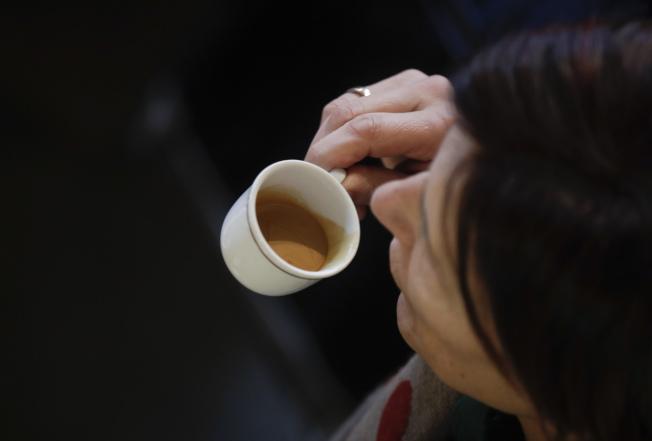 義大利人習慣喝小杯濃縮咖啡,不少人一天要喝三到五杯。美聯社