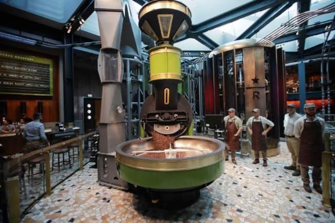 星巴克米蘭門市店內可讓顧客看到咖啡烘培過程。美聯社