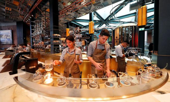 米蘭星巴克提供塞風壺煮法等和傳統義大利咖啡不同的沖煮方式。路透