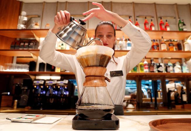米蘭星巴克提供手沖濾泡式煮法等和傳統義大利咖啡不同的沖煮方式。路透