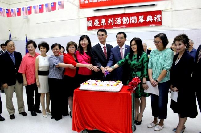 陳家彥(右五)、莊雅淑(右六)、嚴杰(右四)和僑團代表們切蛋糕合影。