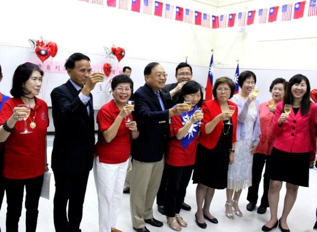 僑團代表舉杯預祝107年雙十國慶系列活動圓滿成功。