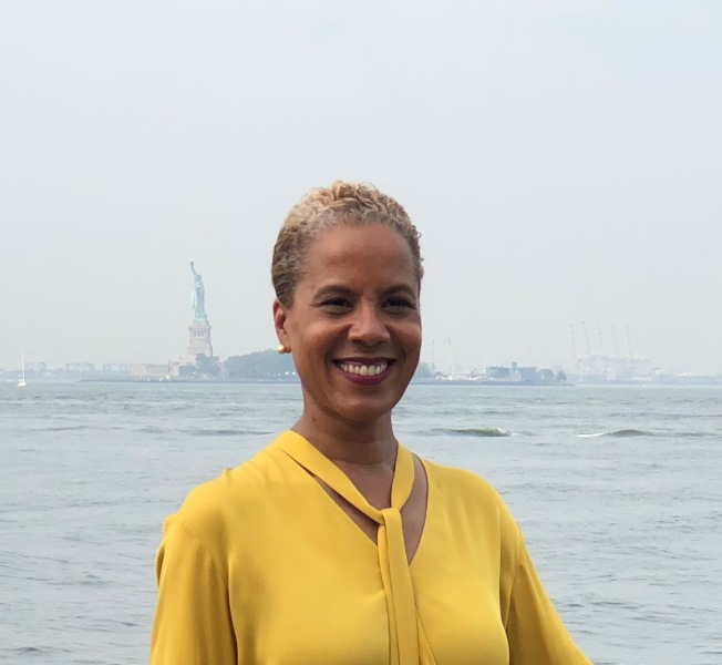 伊夫表示自己的經驗勝過其他候選人,這將讓她更好地為公眾爭取權益,尤其是為移民服務。(伊夫競選辦公室提供)