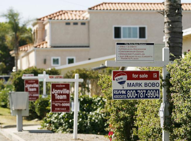 南加州房價8月份持續上漲,然而,銷售量卻在去年夏天達到四年來最低,主要原因是房價高昂,缺乏經濟適用房,削弱購屋者購買力。(美聯社)