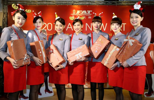 遠東航空2014年記者會,七位桌曆空姐高廷萱(左起)、呂亞欣、柯雅蓁、呂亞莉、楊惠棻、劉亦庭、蕭雅盈出席。(本報資料照片)