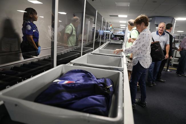 最新研究發現,機場安檢置物托盤,堪稱病菌溫床,它挾帶流感和一般感冒病菌的機率,比機場廁所還要高。(Getty Images)