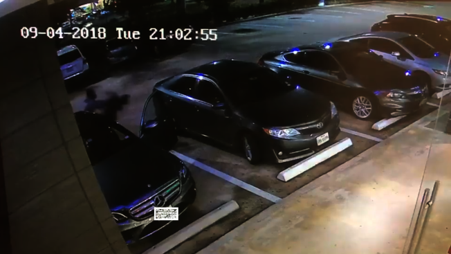 休士頓中國城日前發生一起暴力搶劫事件,兩名華裔女子將車停在停車場時,遭到一名非裔搶匪當著兩人的面砸窗行搶,搶匪朝著被害人臉部大力揮拳,女子撞上一旁車輛後倒地,搶匪行徑惡劣。(翻攝自監視器畫面)