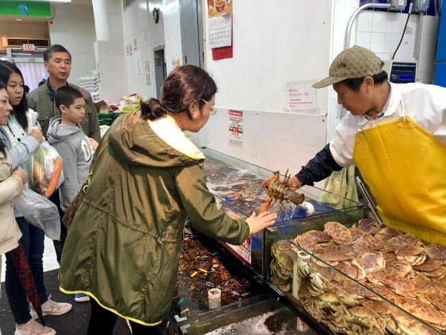 龍蝦低價優惠吸引眾多顧客購買。(記者朱蕾/攝影)