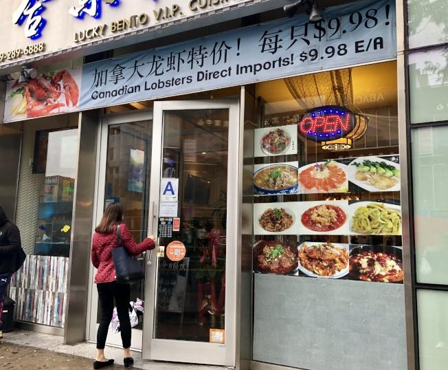 餐廳推出每隻龍蝦不到10元的優惠。(記者朱蕾/攝影)