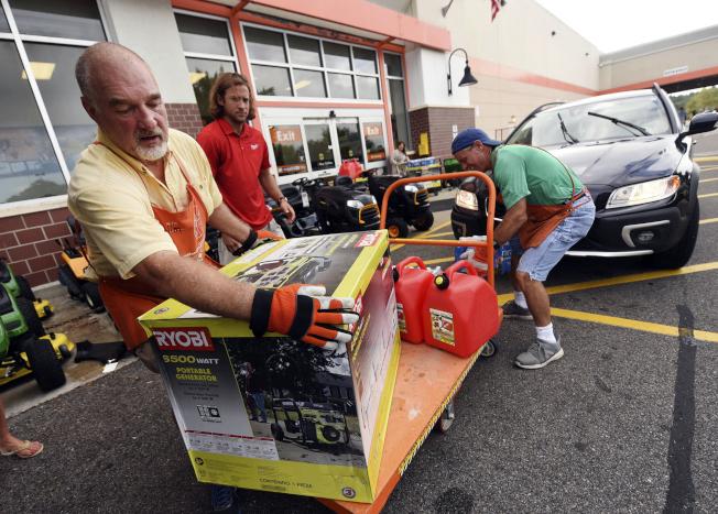 南卡沿岸居民10日都在購買小型發電機,以備不時之需。(美聯社)