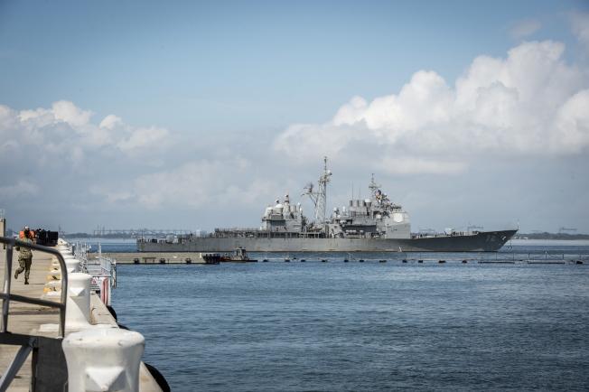 位於維州諾福克軍港的海軍艦隊都已奉命離港,到大西洋上徘徊,躲避四級颶風「佛羅倫斯」。圖為導彈驅逐艦 USS Mahan (DDG 72),10日正在離港。(歐新社)