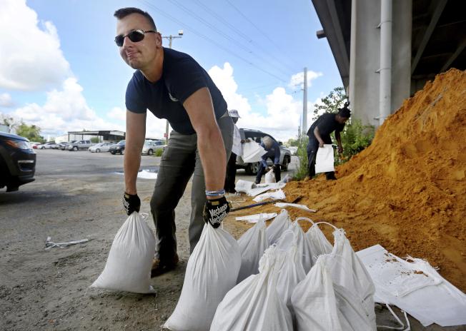 北卡、南卡及維州的沿岸居民,10日都進入備戰狀態,有的購水,有的準備沙袋,防止淹水。(美聯社)