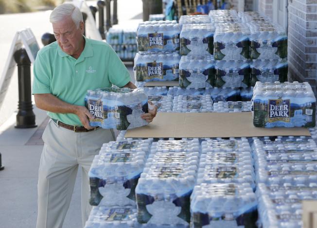 沿岸的南卡居民10日都在購水,以備不時之需。(美聯社)