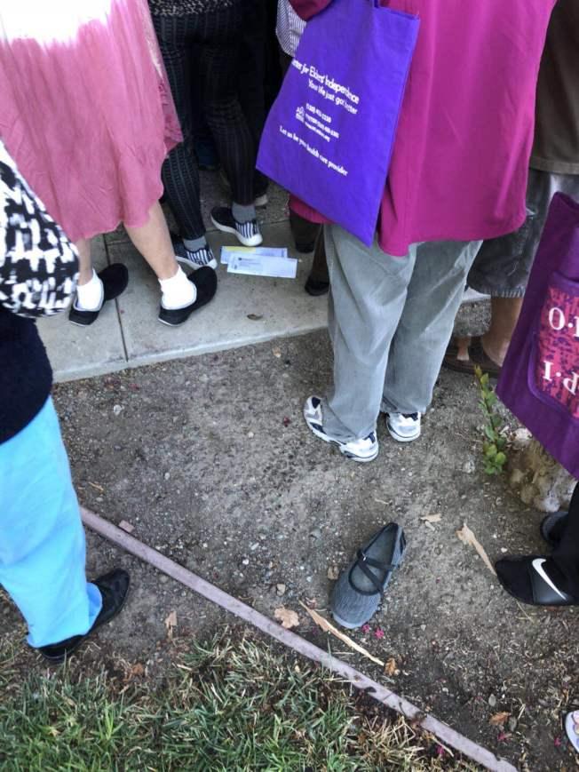 有人擠到連鞋子都掉了。(記者李榮/攝影)