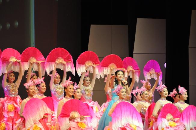 月光舞蹈團於博華民族樂團第五屆音樂會以「梨花頌」一舞,艷驚四座。(記者陳良玨╱攝影)
