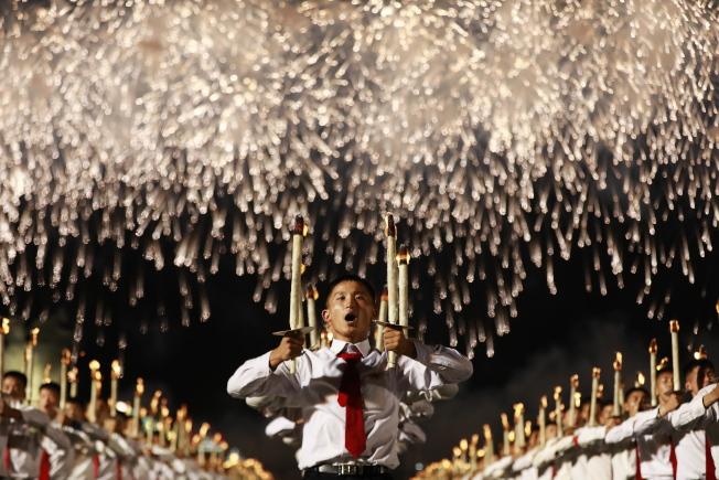 北韓今年適逢建政70周年,10日晚間舉行罕見的火炬遊行。手持火炬的上千人在金日成廣場表演行軍、奔跑及高呼口號。歐新社
