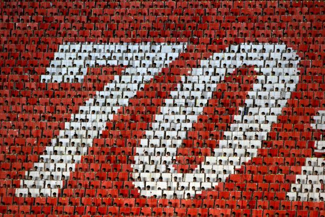 北韓9日高調舉行建政70周年紀念活動,其中包括睽違5年的「阿里郎節」大會操藝術表演。近1萬8名學童手持色卡,在五一體育場看台上,幾如人體電子螢幕般生動地排出不同影像及標語。美聯社