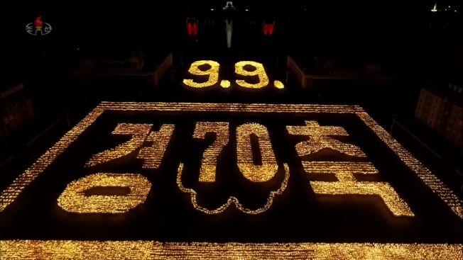 北韓今年適逢建政70周年,10日晚間舉行罕見的火炬遊行。手持火炬的上千人在金日成廣場表演行軍、奔跑及高呼口號。法新社