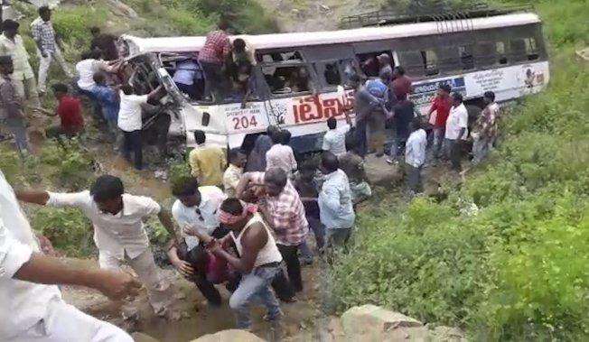 前往南部山區一座印度教廟宇朝聖的民眾乘坐的巴士回程途中翻落峽谷,導致至少52人死亡。 美聯社