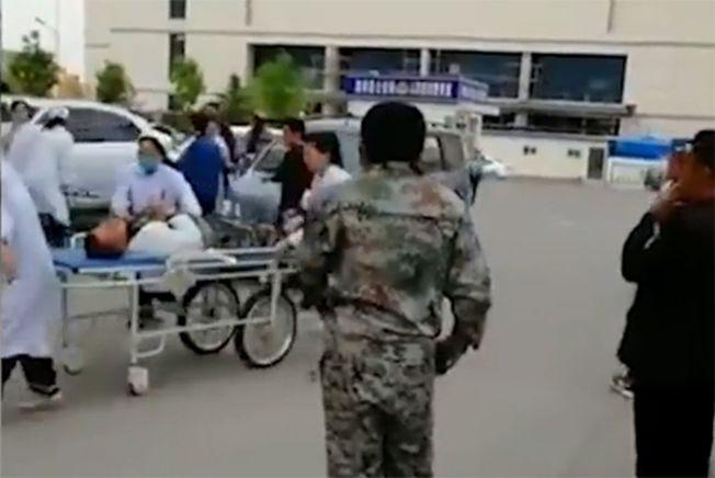 網傳20多名村民食物中毒被送往醫院救治的照片。(取材自上游新聞)