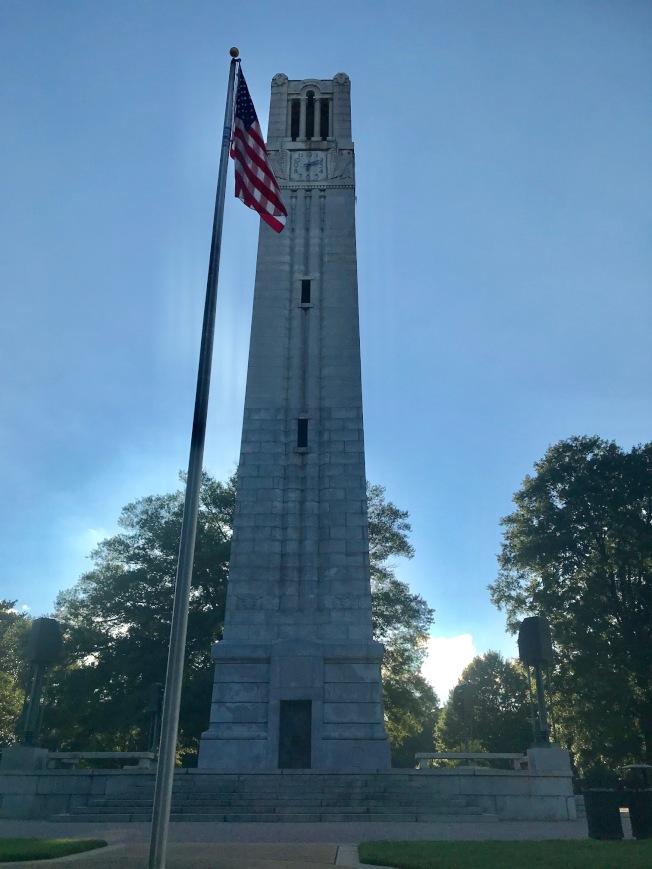 由校友在1935年捐建的鐘樓,每小時為北卡州大的學子鳴鐘。(記者王明心/攝影)