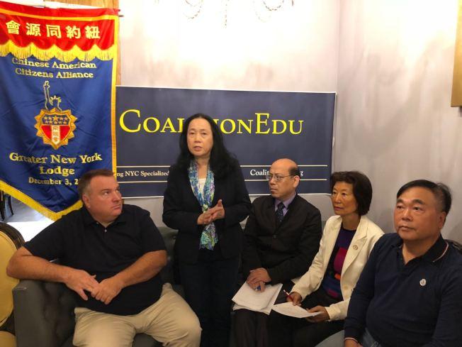 紐約同源會聯同教育聯盟表示支持艾維樂,左起:Charlie Vavruska、陳慧華、黃友興、林小蓮、羅維宗。(記者陳小寧/攝影)