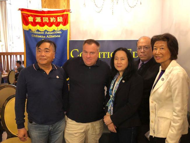 紐約同源會聯同教育聯盟表示支持艾維樂,左起:羅維宗、Charlie Vavruska、陳慧華、黃友興、林小蓮。(記者陳小寧/攝影)