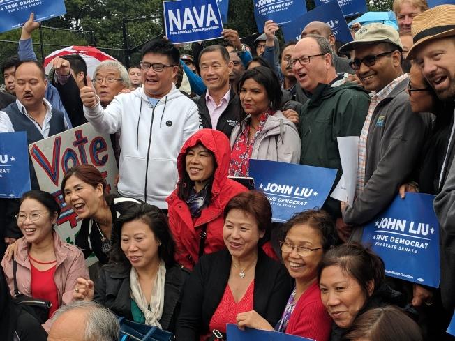 民主黨籍民選官員及支持者在選前再為劉醇逸造勢。(劉醇逸競選團隊提供)