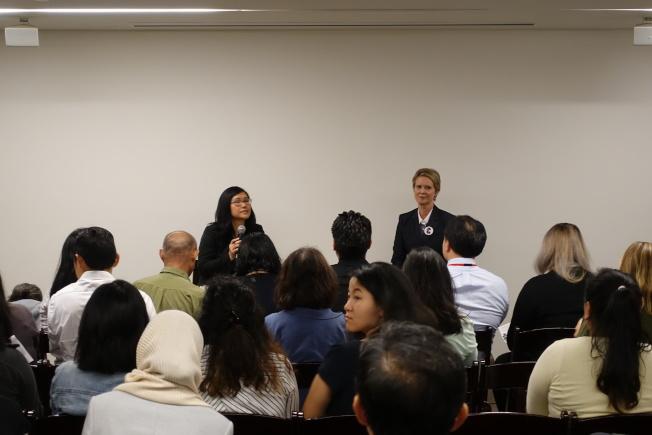 尼克森做客華埠,講述政見。(記者金春香/攝影)