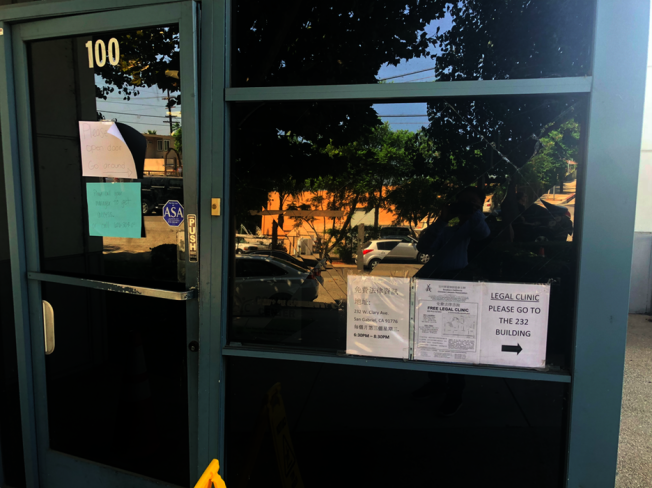 AYC的大門和玻璃遭損壞。(記者張越/攝影)