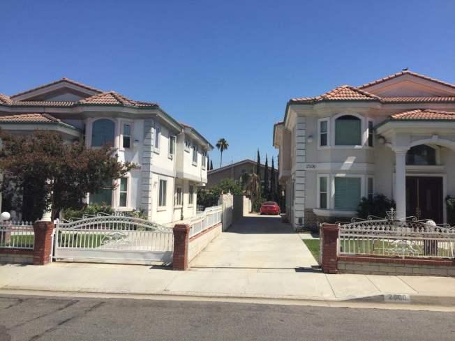 遭入室盜竊和搶劫的後屋前面的兩棟翻新住屋,與附近的房子相比相當醒目。鄰居表示,此社區近年已多次發生入室盜案。(記者楊青/攝影)