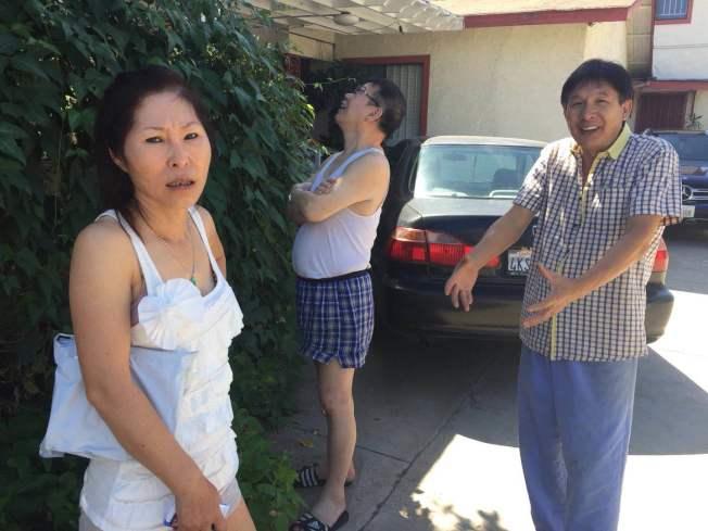 社區發生入室盜竊搶劫傷人案,附近的華人鄰居相當緊張。來自大陸的李先生(右)家門口的安全錄像,正好將三名歹徒逃逸的情況拍個正著。(記者楊青/攝影)