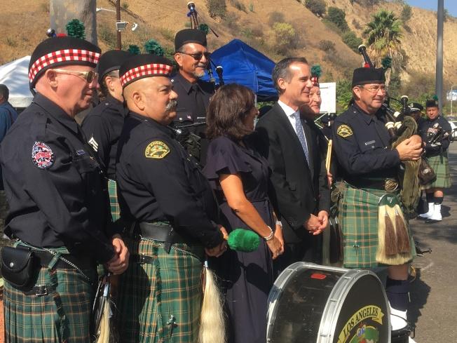 賈西提(右二)與「紀念911事件儀式」演奏樂隊合照。(記者謝雨珊/攝影)