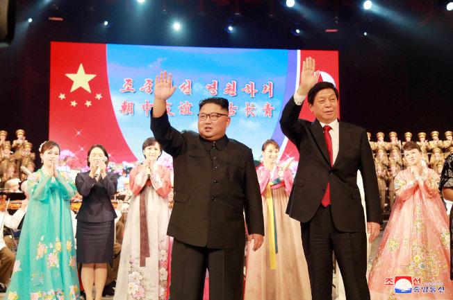 中國全國人大常委會委員長栗戰書(前右)率團訪問北韓,並出席北韓建國70周年慶祝活動。圖為金正恩(前左)為訪問團舉行的專場文藝演出。(路透)