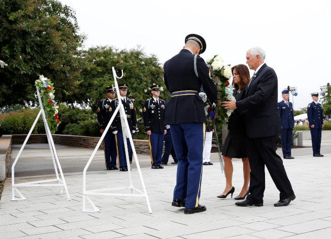 副總統潘斯伉儷11日在五角大廈主持九一一恐襲17周年紀念儀式,獻花哀悼在恐襲事件中遇害者。(路透)