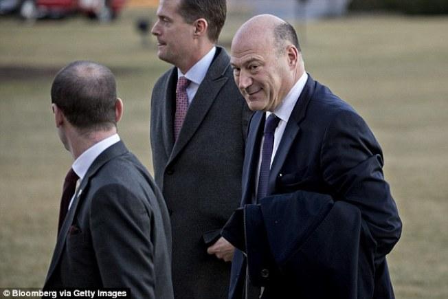前白宮國家經濟委員會議主席柯恩(右)11日聲明否認自是伍德華的白宮秘密內情提供者。(Getty Imges)