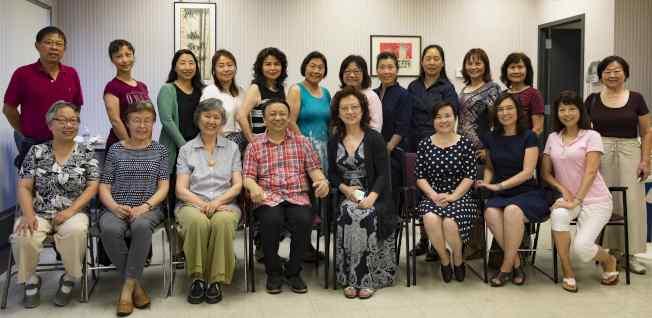 游立志(前左四)指導華夏合唱團和聲技巧。(華夏合唱團提供)
