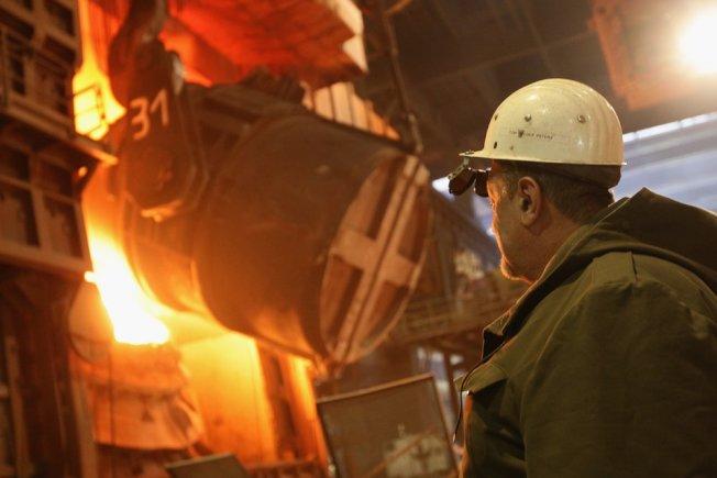 川普政府對進口鋼鐵徵收25%高關稅,使得美國鋼鐵價格及利潤達到多年來的高點,因此全美兩家最大鋼鐵製造商的工人,正透過工會要求加薪。(Getty Images)