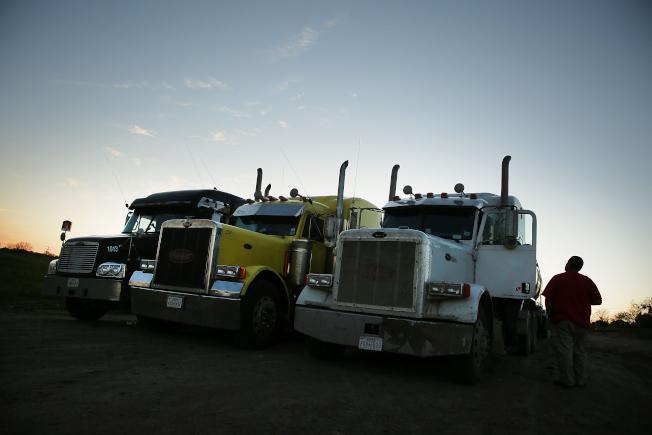 為紓解卡車司機荒,聯邦政府有意降低越州駕駛的年齡限制。圖為卡車司機在德州路邊休息。(Getty Images)
