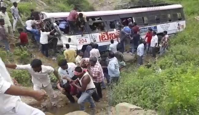 印度一輛載著多名乘客的巴士翻落峽谷,導致至少52人死亡。 (美聯社)