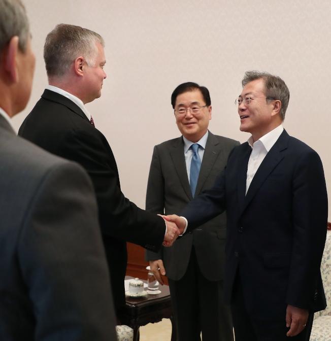 美國的北韓政策特別代表畢根(左)11日拜會文在寅(右)。(歐新社)