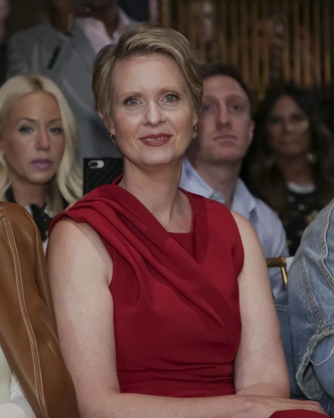 從影壇轉戰政壇的女星辛西亞尼克森,於11日九一一恐襲周年紀念日推出其州長競選活動的第一個電視廣告,此舉被工會批評為沒有人情味。(美聯社)