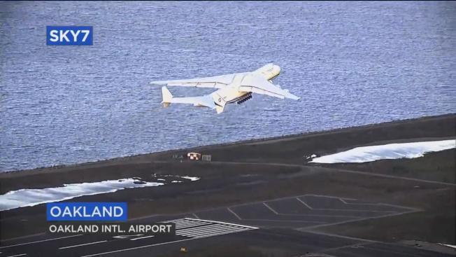 全球最大運輸機安托諾夫An-225 10日載送救援物資由屋崙機場起飛的情形。(電視新聞截圖)