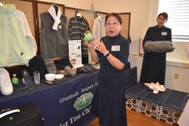 慈濟志工林美娟介紹各種塑膠廢棄物回收製造的產品優點。(記者黃少華/攝影)