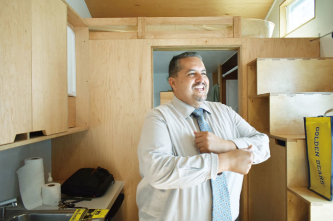 傑恩對他試住的微型房間設施一應俱全感到欣喜。(記者黃少華/攝影)