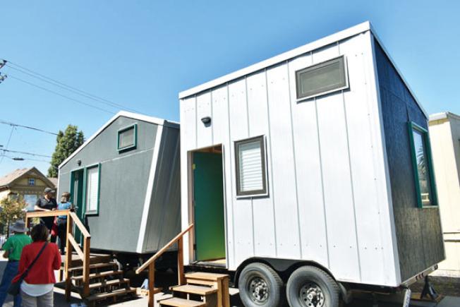 兩個相連的房間可供三人入住,但需要共用左側大房間裡的衛浴設施。(記者黃少華/攝影)