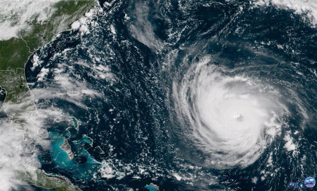 可能成為完美風暴的超級颶風「佛羅倫斯」逼近美東海岸,氣象衛星圖所見颶風眼及暴風半徑令人怵目驚心。(美聯社)